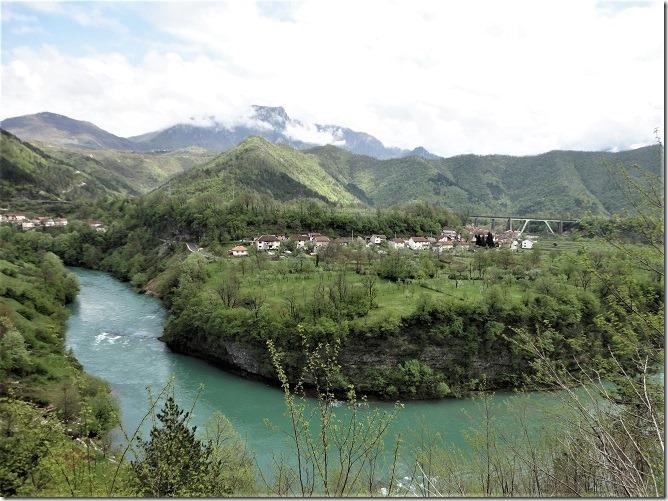 ネレトヴァ川渓谷と山並み