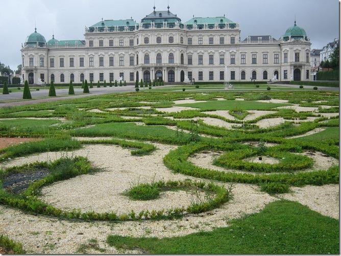 上宮と下宮の間のフランス式庭園越しに上宮を