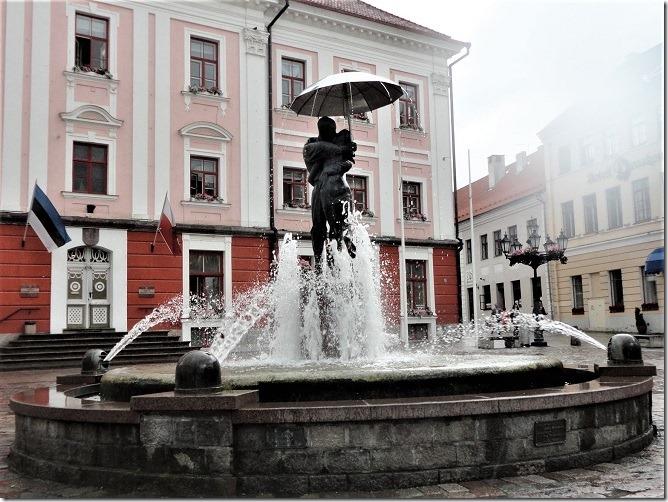 傘をさして男女がキスをする像の噴水