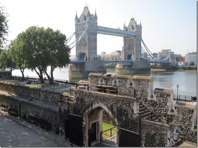 城壁の上からタワー・ブリッジとヘンリー3世の水門を望む